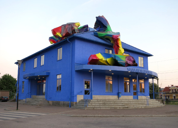 "Katharina Grosse, ""The Blue Orange."" Station House, Vara, Sweden. Photo courtesy Studio Katharina Grosse"